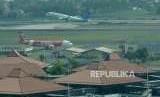 Pesawat lepas landas terlihat dari menara kontrol (Air Traffic Controller/ATC) Bandara Internasional Soekarno-Hatta, Tangerang, Banten, Senin (6/8).