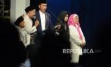 Didampingi sejumlah santri, Presiden RI Joko Widodo (Jokowi) berdialog dengan para santri saat menghadiri malam puncak peringatan Hari Santri Nusantara, di Lapangan Gasibu, Kota Bandung, Ahad (21/10).