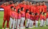 Pemain timnas Indonesia menyanyikan lagu kebangsaan saat pertandingan melawan Thailand dalam Kualifikasi babak kedua Piala Dunia 2022 zona Asia di Stadion Gelora Bung Karno, Senayan, Jakarta, Selasa (10/9).