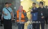 Panitera Pengganti PN Tangerang Tuti Atika yang terjaring operasi tangkap tangan (OTT) mengenakan rompi tahanan seusai diperiksa di gedung KPK, Jakarta, Selasa (13/3).