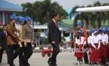 Presiden Joko Widodo (tengah) berjalan untuk menghadiri acara Pemberian Nama Pesawat N219 di Bandara Halim Perdana Kusuma, Jakarta, Jumat (10/11). Jokowi members nama persawat tersebut Nurtanio yang diambil dari nama Laksamana Muda Udara (Anumerta) Nurtanio Pringgoadisuryo, untuk pesawat tersebut.