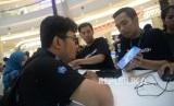 Sejumlah pembeli melakukan pengecekan ponsel Samsung.Samsung Electronics Indonesia menyiapkan protokol kesehatan guna menjaga pelanggan semasa era normal baru. Saat memasuki tatanan normal baru, sejumlah pusat perbelanjaan, termasuk toko offline Samsung, akan mulai dibuka.