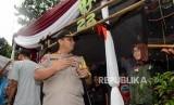 Kapolda Metro Jaya Irjen Gatot Eddy Pramono meninjau persiapan tempat pemungutan suara (TPS) di Kampoeng Pemilu Nusantara, Depok, Jawa Barat, Selasa (16/4).