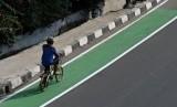 Pengendara sepeda melintasi jalur sepeda di Jalan Pemuda, Pulo Gadung, Jakarta Timur, Kamis (19/9/2019).