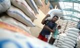 Harga Beras Masih Tinggi. Pekerja memindahkan beras di Pasar Induk Beras Cipinang, Jakarta. ilustrasi