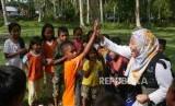 Seorang relawan ACT bermain dengan anak-anak di desa Lompio Kabupaten Sirenja, Donggala Sulawesi Tengah, Ahad (14/10).