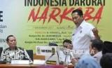 Kepala BNN Komjen Budi Waseso (kanan) menyampaikan pendapatnya disaksikan oleh Wakapolri periode 2004-2006 Komjen (purn) Adang Daradjatun dalam diskusi bertema Indonesia Darurat Narkoba dan Aksi Tes Urin Fraksi PKS di Kompleks Parlemen, Senayan, Jakarta, Kamis (7/12).