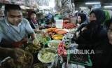 Pengunjung antre di kios bumbu dapur di Pasar Kosambi, Kota Bandung, Selasa (13/5).