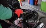 Konsumen mengisi BBM jenis Pertamax Turbo ke kendaraannya di SPBU Kuningn, Jakarta, Rabu (10/10).