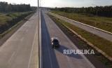 Sejumlah kendaraan melaju di ruas Tol Bakauheni-Terbanggibesar, Lampung, Kamis (2/5).