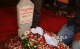 Sebuah pesawat kertas diletakkan di pusara makam presiden ketiga RI BJ Habibie di TMP Kalibata, Jakarta, Kamis (12/9).