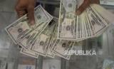 Rupiah Semakin Tertekan Dolar AS. Petugas menghitung mata uang Dolar AS di Cash Center Bank Mandiri, Jakarta, Selasa (8/5).