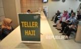 Petugas Bank Mandiri Syariah melayani calon jemaah haji yang melakukan pelunasan Biaya Penyelenggaran Ibadah Haji (BPIH) di Kantor Cabang Mandiri Syariah Area Bekasi, di Bekasi, Jawa Barat, Senin (16/4).