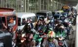Sejumlah kendaraan terjebak kemacetan di Jalan Jatibaru, Tanah Abang, Jakarta