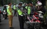 Petugas gabungan melakukan penertiban pajak kendaraan bermotor saat razia pengesahan Surat Tanda Nomor Kendaraan (STNK) di Jalan Raya Kalibata, Jakarta Selatan, Selasa (24/4).