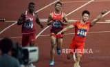Atlet lari Indonesia Lalu Muhammad Zohri (tengah) saat tiba di garis finish pada pertandingan babak final cabang olahraga atletik Asian Games 2018 kategori lari 100 meter putra di Stadion Utama Gelora Bung Karno, Jakarta, (Ahad (26/8).