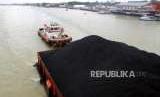 Kapal tunda menarik tongkang batubara di Sungai Musi, Palembang, Ahad (2/9).