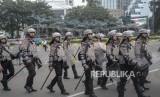 Pengamanan Unjuk Rasa MK. Sejumlah Polisi anti huru hara membubarkan diri usai mengamankan aksi massa yang berunjuk rasa mengawal sidang perdana Perselisihan Hasil Pemilihan Umum (PHPU) sengketa pemilihan Presiden 2019 di Mahkamah Konstitusi, Jakarta Pusat, Jum'at (14/6).