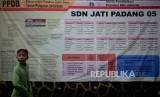 Anak-anak melintas didekat pengumuman Penerimaan Peserta Didik Baru (PPDB) online tahun pelajaran 2019/2020 yang dipajang di SDN Jati Padang 05, Jakarta, Jumat (14/6).