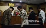 Menteri Agama Lukman Hakim Saifuddin (kiri) dan Mantan Ketua Umum PPP Romahurmuziy (kedua kiri) bersiap menjalani sidang untuk menjadi saksi di Pengadilan Tipikor, Jakarta, Rabu (26/9).