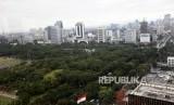 Suasana gedung perkantoran yang menyebabkan kurangnya ruang terbuka hijau atau daerah resapan air di Kawasan Jakarta, Senin (27/11).