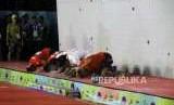 Emas dari Speed Relay Putri. Atlet Panjat Dinding Putra Indonesia a dan 2 melakukan sujud syukur usai babak final pada cabang panjat dinding nomor speed relay putra Asian Games 2018 di Komplek Olahraga Jakabaring, Palembang, Senin (27/8).
