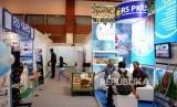Pengunjung saat melihat pameran International Islamic Healthcare Conference and Expo (IHEX) 2019 di Jakarta Convention Center, Sabtu (23/3).