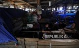 Aksi Mogok Dagang. Pedagang berdiam diri di lapak tempat berjualan imbas aksi mogok dagang di Pasar Induk Tanah Tinggi, Tangerang, Selasa (14/11).