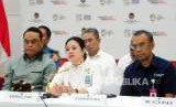 Menteri Koordinator Bidang Pembangunan Manusia dan Kebudayaan Puan Maharani (tengah) bersama Chief de Missions Asian Games 2018 yang juga Menteri Pendayagunaan Aparatur Negara dan Reformasi Birokrasi Syafruddin (kiri) dan Sekretaris Kementerian Pemuda dan Olahraga Gatot S. Dewa memberikan paparan saat konferensi pers di Jakarta, Senin (3/9).