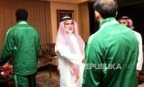 Duta Besar Arab Saudi untuk Indonesia Osama Mohammad Abdullah Al Shuaibi menyambut para atlet Asian Games dari Negara Arab Saudi saat tiba di Kediaman Duta Besar Arab Saudi, Jakarta, Selasa (13/2).