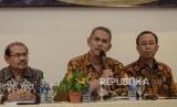 Konferensi Pers Pencapaian BPKH. Anggota Dewan Pengawas Akhyar Adnan (kiri), Kepala Badan Pelaksana Anggito Abimanyu (tengah) dan Anggota Badan Pelaksana Acep R. Jayaprawira  (kanan)  saat konferensi pencapaian Badan Pengelola Keuangan Haji (BPKH) di Jakarta Pusat, Rabu (19/6).