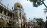 Singapura Batasi Jamaah Shalat Id Jadi 100 Orang. Wisatawan menikmati suasana kawasan Masjid Sultan di Kampung Glam, Singapura, Jumat (16/8).