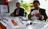 Petugas mempersiapkan surat suara untuk warga. ilustrasi