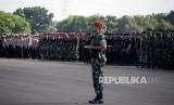 Apel Pasukan. Sejumlah prajurit berbaris ketika mengikuti Apel Gelar Pasukan Pengamanan Pemilu di Lanud Halim Perdanakusuma, Jakarta, Jumat (22/3).