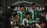 Ketua GP Ansor, Yaqut Cholil Qoumas (tengah)  bersama Sekjen GP Ansor, Abdul Rochman (Kiri)  memberikan keterangan kepada media terkait pembakaran bendera HTI di DPP GP Ansor, Jakarta, Rabu (24/10).