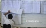 Sejumlah Panitia Pemilihan Kecamatan (PPK) melakukan perhitungan rekapitulasi surat suara di Kecamatan Menteng, Jakarta, Kamis (25/4).