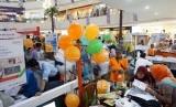 Karyawan BNI Syariah melayani nasabah pada pameran Keuangan Syariah Fair (KSF) 2017, Cibinong City Mall, Bogor, Jawa Barat, Ahad (29/10).