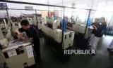 Sejumlah siswa Sekolah Menengah Kejuruan (SMK) praktik mesin di SMK Negeri 1, Jakarta, Senin (1/10).