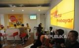 Warga mengantri untuk melakukan registrasi ulang kartu SIM prabayar di Galeri Indosat, Kota Bogor, Jawa Barat, Rabu (28/2).