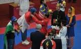 Presiden Joko Widodo memberikan medali emas kepada atlet taekwondo putri Indonesia Defia Rosmaniar saat penyerahan prosesi medali cabang taekwondo nomor poomsae Asian Games 2018 di Jakarta Convention Center, Senayan, Jakarta, Ahad (19/8).