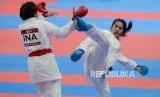 Karateka Indonesia Cokorda Istri Agung Sanistyarani (sabuk merah) saat melawan karateka Thailand Tippawan Khamsi pada babak perdelapan final cabang olahraga karate Asian Games 2018 kategori kelas 55 kilogram di JCC Plennary Hall, Jakarta, Ahad (26/8).