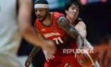 Pebasket Indonesia Jamarr Andre Johnson dibayangi oleh pebasket Jepang Taichi Nakamura pada pertandingan cabang olahraga basket Asian Games 2018 di Gelora Bung Karno, Jakarta, Jumat (31/8).