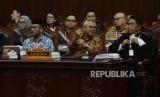 Ketua KPU Arief Budiman (tengah) selaku termohon saat mengikuti sidang lanjutan Perselisihan Hasil Pemilihan Umum (PHPU) Pemilihan Presiden (Pilpres) 2019 di Gedung Mahkamah Konstitusi, Jakarta, Selasa (18/6).
