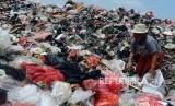Sejumlah pekerja saat mencari sampah di Tempat Pembuangan Sampah (TPS) Muara Baru, Penjaringan, Jakarta Utara, Senin (22/10).