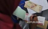 Bank Wakaf Mikro : Petugas menerima pembayaran angsuran nasabah Bank Wakaf Mikro (BWM) Almuna Berkah Mandiri saat halaqoh mingguan di salah satu rumah warga di Krapyak, Yogyakarta, Sabtu (5/5).