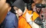 Hakim Pengadilan Negeri (PN) Tangerang Wahyu Widya Nurfitri  yang terjaring operasi tangkap tangan (OTT) mengenakan rompi tahanan seusai diperiksa di gedung KPK, Jakarta, Selasa (13/3).