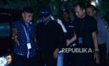 Ketua Umum Partai Persatuan Pembangunan (PPP) Romahurmuziy (mengenakan masker dan bertopi)  digiring petugas setibanya di gedung KPK, Jakarta, Jumat ( 15/3).