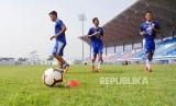 Dedi Kusnandar, Zalnando, dan Henhen Herdiana mengikuti sesi fatihan di Stadion Arcamanik, Bandung, Senin (21/1).