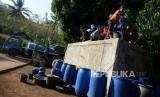 Kesulitan Air Bersih. Warga mengambil air saat pengiriman air bersih dengan tangki di Dusun Papringan, Tileng, Gunungkidul, Selasa (25/6/2019).