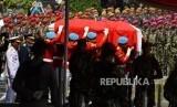 Paspampres membawa peti jenazah saat upacara pemakaman Presiden RI ketiga BJ Habibie di Taman Makam Pahlawan Kalibata, Jakarta, Kamis (13/9).